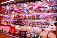 Étagères avec les saucisses italiennes typiques Images stock