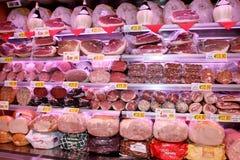 Étagères avec les saucisses italiennes typiques Photographie stock libre de droits