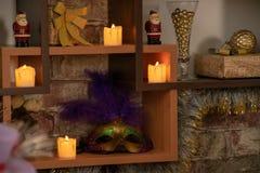 Étagères d'arbre avec des décorations de Noël photos stock