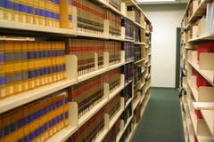 Étagères dans la bibliothèque de loi photographie stock libre de droits