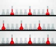 Étagères dans le laboratoire de chimie avec beaucoup de flas Photo stock