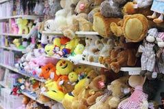 Étagères dans les jouets pour enfants de boutique Photo libre de droits