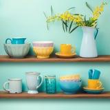 Étagères de cuisine avec des tasses et des plats Images libres de droits
