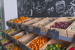 Étagères de marchandises au marchand de légumes Photographie stock libre de droits