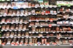 Étagères de réfrigérateur de supermarché Photographie stock libre de droits
