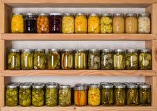Étagères de stockage avec la nourriture en boîte Images stock