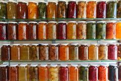 Étagères de stockage des fruits et légumes de conserve de fruits de maison Photographie stock