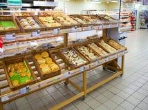 Étagères de supermarché avec des biscuits et des produits de boulangerie Photographie stock libre de droits