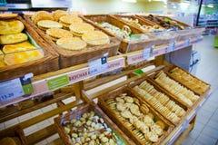 Étagères de supermarché avec des biscuits et des produits de boulangerie Photographie stock