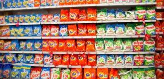 Étagères de supermarché avec des poudres à laver Photo libre de droits