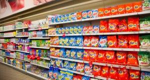 : Étagères de supermarché avec des poudres à laver et des détergents de nettoyage Photo stock