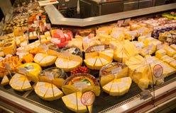 Étagères de supermarché avec du fromage et la laiterie Photographie stock