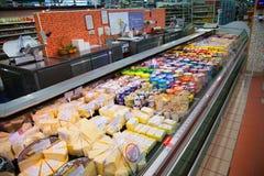 Étagères de supermarché avec du fromage et la laiterie Photo stock