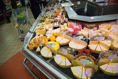 Étagères de supermarché avec du fromage et la laiterie Photos libres de droits