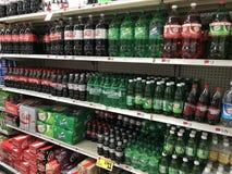 Étagères des boissons non alcoolisées de épicerie Images libres de droits