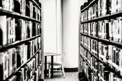 Étagères des livres, siège vacant Image stock