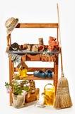 Étagères en bois avec les accessoires de jardinage Photographie stock libre de droits