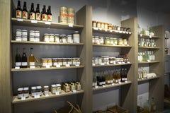 Étagères en bois dans de pleins pots et des bouteilles d'un og de magasin avec les produits biologiques naturels photographie stock