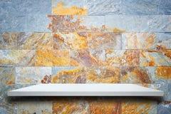 Étagères en bois supérieures vides et fond de mur en pierre Images stock