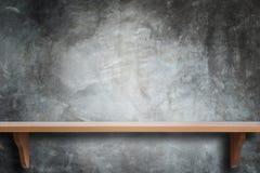 Étagères en bois supérieures vides et fond de mur en pierre Photos stock