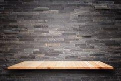 Étagères en bois vides et fond de mur en pierre Pour la DISP de produit Photo libre de droits