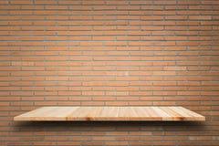 Étagères en bois vides et fond de mur en pierre Pour la DISP de produit Images libres de droits