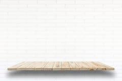 Étagères en bois vides et fond de mur en pierre Pour la DISP de produit photo stock