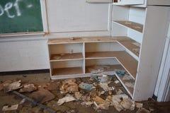 Étagères sales et vieilles d'une école d'abandon Photographie stock