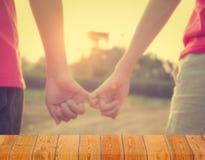 Étagères vides avec la main de couples de mariage sur le fond Pour le montage de produit d'affichage Images stock