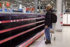 Étagères vides dans l'hypermarché Photo libre de droits