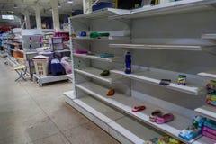 Étagères vides dans le supermarché vénézuélien photographie stock