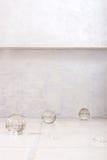 Étage carrelé avec les sphères en verre Photos libres de droits