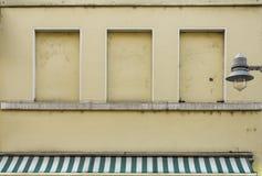 Étage de façade premier d'un café de rue de glacier avec la brique image stock