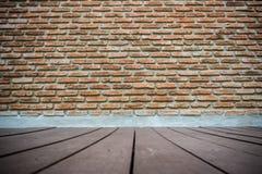 Étage de mur de briques et en bois Images stock