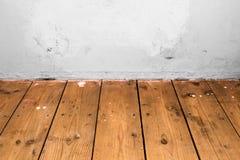 Étage en bois et mur blanc Image stock
