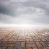 Étage et rainclouds de brique pour le fond Images stock