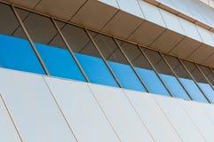 Étage moderne de construction avec des hublots Photos stock