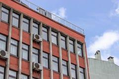 Étage multi de perspective construisant la façade de couleur orange chez Ankar image stock