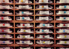 Étalage avec beaucoup de chemises colorées sur des shelfs photographie stock libre de droits