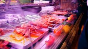 Étalage avec des chiches-kebabs de viande dans un café banque de vidéos