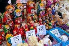 Étalage avec des matryoshkas et des prix à payer photographie stock