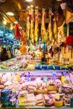 Étalage avec différentes variétés de Hamon et d'autres produits espagnols Photos libres de droits