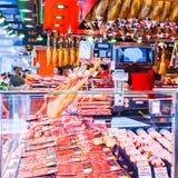Étalage avec différentes variétés de Hamon et d'autres produits espagnols Photographie stock