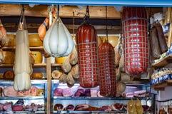 Étalage avec le salami et le fromage, Bologna, Italie image libre de droits