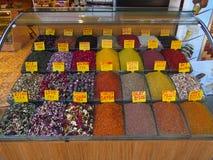 Étalage avec le thé et les épices multicolores Drôle signe en anglais avec les noms de chaque produit photographie stock libre de droits
