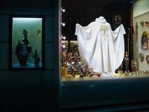 Étalage d'une boutique d'église avec les articles religieux à Vienne Photos stock