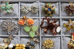 Étalage de belles broches à un marché aux puces Photographie stock libre de droits