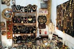 Étalage de boutique avec un bon nombre de bijoux Photo libre de droits