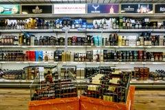 Étalage l'alcool dans la boutique hors taxe sur le ferry Tallink image libre de droits