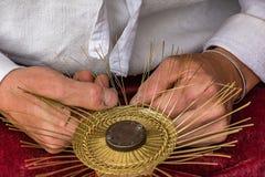 Étameur ambulant traditionnel Drotar faisant une cuvette à partir du fil Photo stock